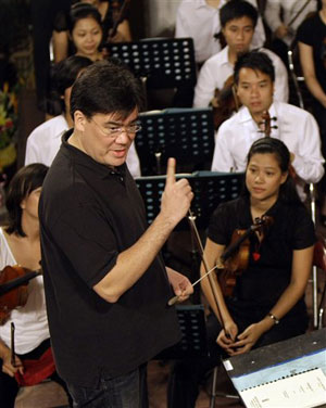 Harsh Master: NY Phil's Alan Gilbert challenges Viet musicians to perfect their rhythm.